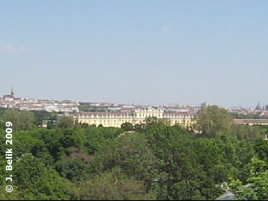 ... Ausblick auf Schloß Schönbrunn, im Hintergrund links der Stephansdom ...